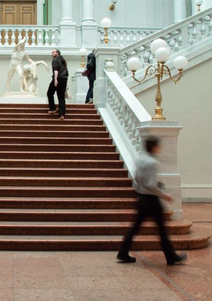 Die Treppe wieder in Benutzung heute, verziert mit goldfarbenen Lichthaltern.