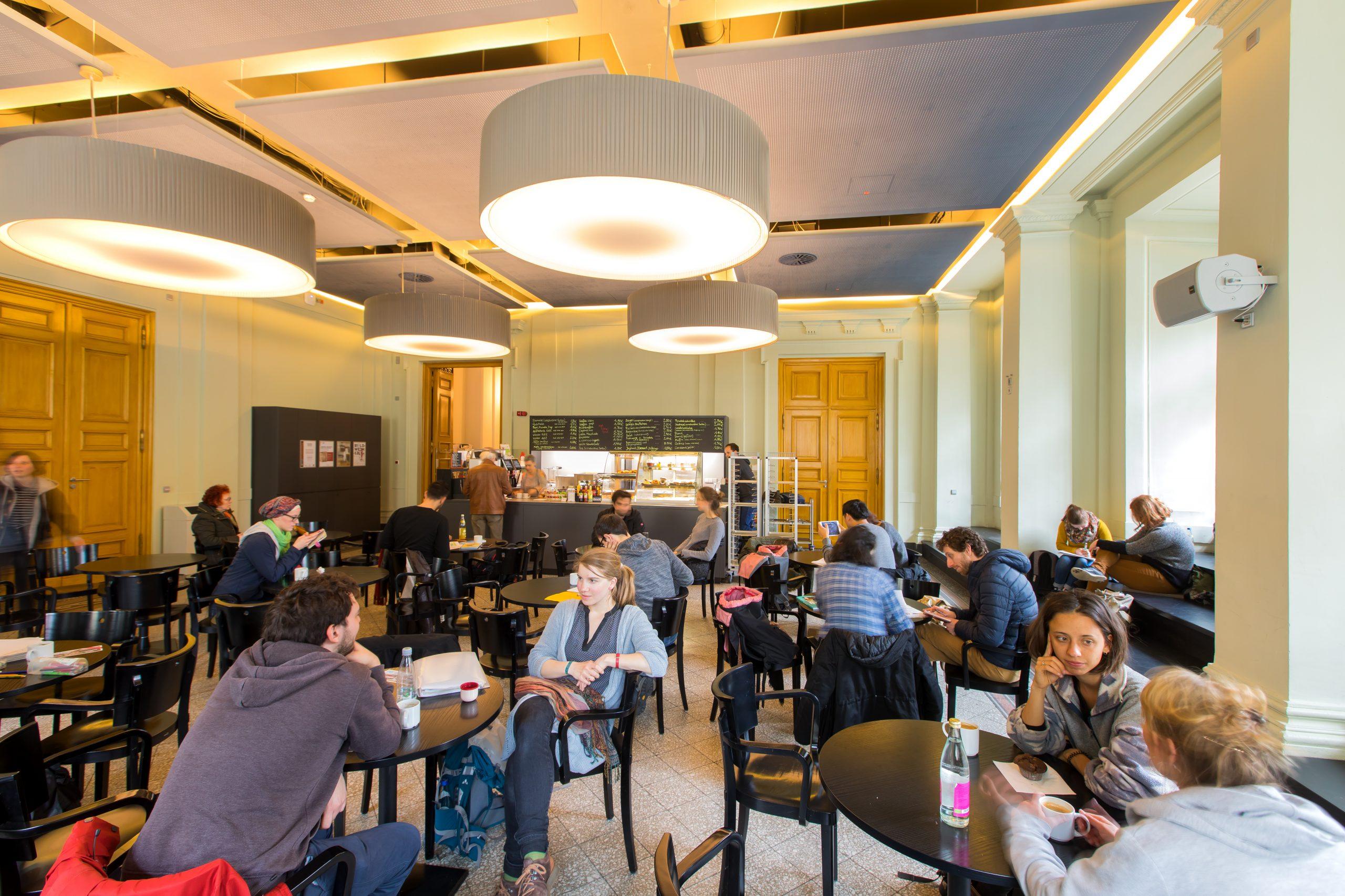 Zahlreiche Gäste unterhalten sich im Café Alibi
