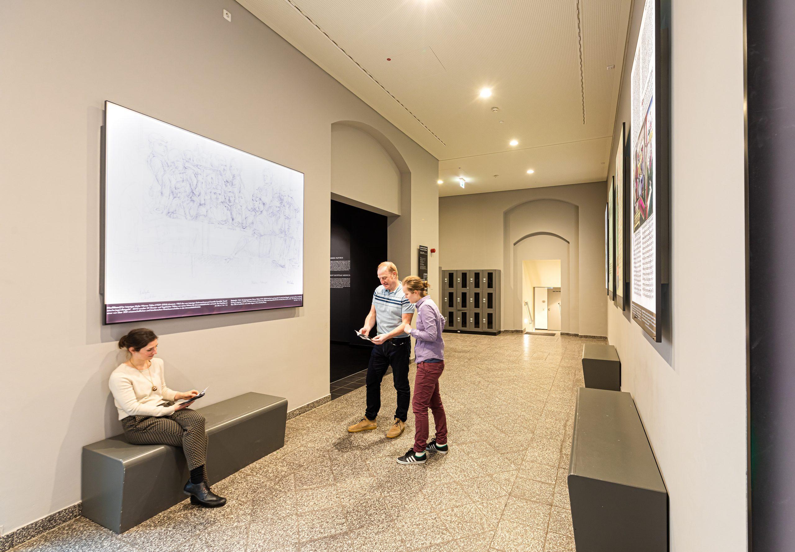 Gäste schauen sich die Dauerausstellung der Albertina an.