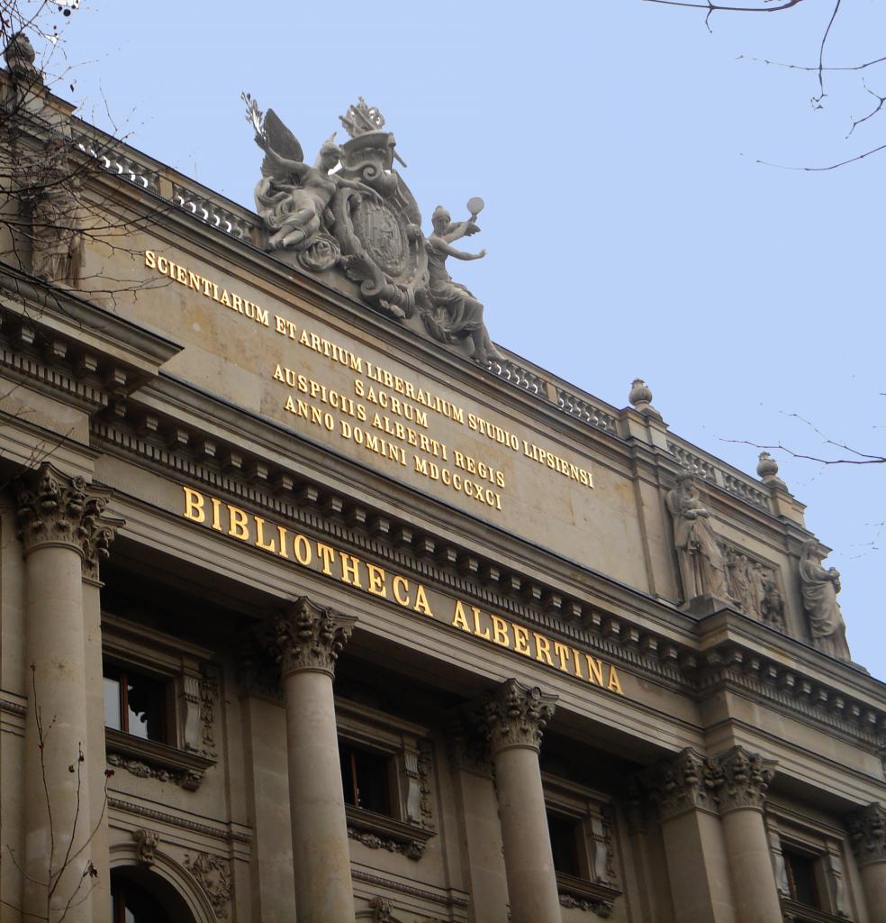 """Der goldfarbene Schriftzug """"Bibliotheca Albertina"""" über den Eingangssäulen des Gebäudes."""